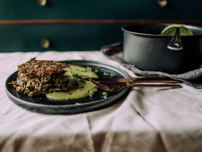 Vegane Kartoffel-Zucchini Puffer mit Erbsenpüree