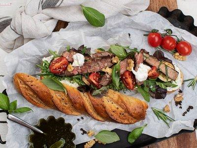 Knuspriges Steak Sandwich mit Sommergemüse