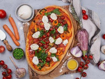 Sommerpizza mit Erbsen, Gemüse & Mozzarella