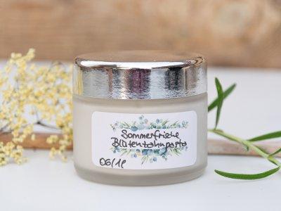 Selbstgemachte Zahnpasta: Sommerfrische Blütenzahnpasta