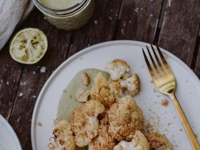Rezept: Ofen Karfiol mit Erdnussbröseln & Tahindressing