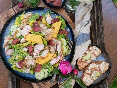 Sommersalat mit Polenta und Speckchips