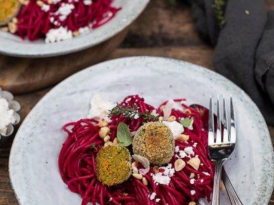 Dinkelspaghetti mit Rote Rüben Sauce & Gemüsebällchen