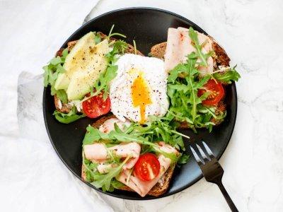 Frühstücks-Tipp: Roggenbrot mit Puten-Attersee und pochiertem Ei