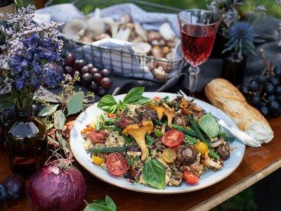 Bunter Quinoa Salat mit Gemüse & Pilzen