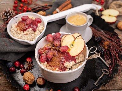 Gesunder Porridge mit Beeren Zwetschgen Röster