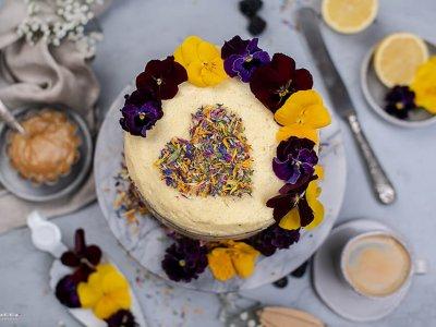 Muttertags Torte mit essbaren Blüten