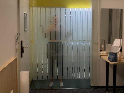 Unser Senf: Warum verglaste Badezimmer in Hotels einfach nicht leiwand sind