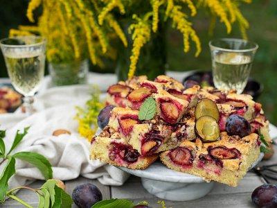Fruchtiger Zwetschgen Blechkuchen mit Walnüssen