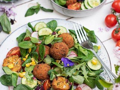 Zucchini Bällchen auf buntem Sommersalat & gesunde Erdbeerbowle