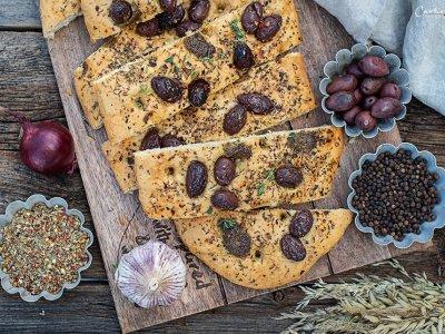 Oliven Focaccia mit Pesto