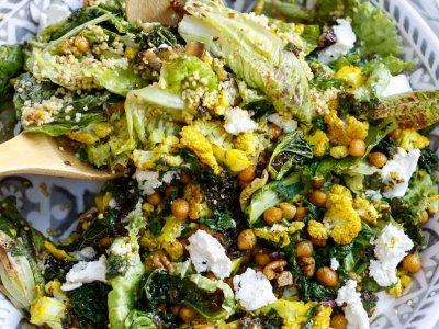 WINTERWUNDERSCHÜSSEL! Bunter Salat mit Hirse, Kurkuma-Karfiol, Grünkohlchips, gerösteten Kichererbsen, Ricotta und Honig-Senf-Dressing