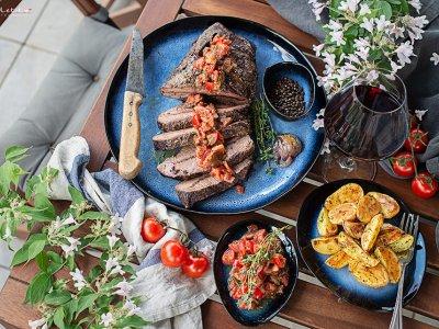 Rinderbraten vom Grill mit Wedges & Tomaten Chimmichuri